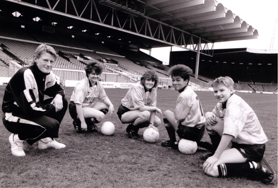 MCLFC President Colin Hendry with players Gail Duncan, Michelle Mather, Donna Haynes and Nicola Jones at Maine Road in 1990