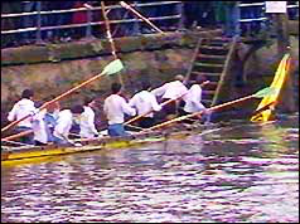 Cambridge crew with their damaged boat