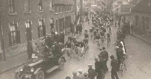 The start of the Tour of Flanders of 1923 in Mariakerke with Karel Van Wijnendaele standing in the car.