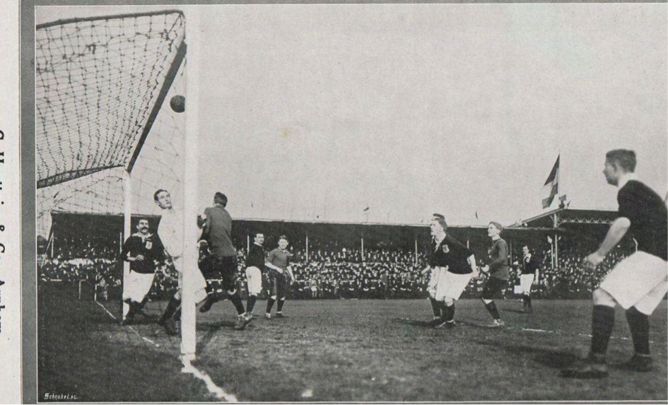 A snapshot of the 'real' Low Countries derby of 1912. Dutch goalkeeper Göbel stops a Belgian attempt on goal (Revue der Sporten)