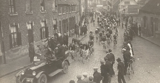 The start of the Tour of Flanders of 1923 in Mariakerke with Karel Van Wijnendaele standing in the car.